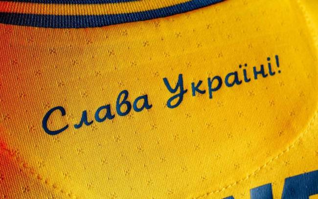 """O slogan: """"Glória à Ucrânia! Glória aos heróis!"""" na camisa da Ucrânia"""