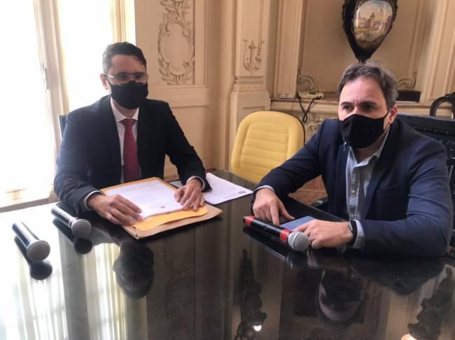 À esquerda, Luiz Ramos Filho (PMN) apresenta o relatório junto ao presidente da Comissão, Alexandre Isquierdo (DEM)