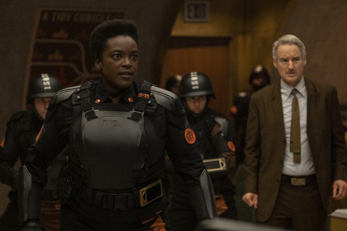 Os atores Owen Wilson (como Mobius) e Wunmi Mosaku (Hunter B-15) em 'Loki'