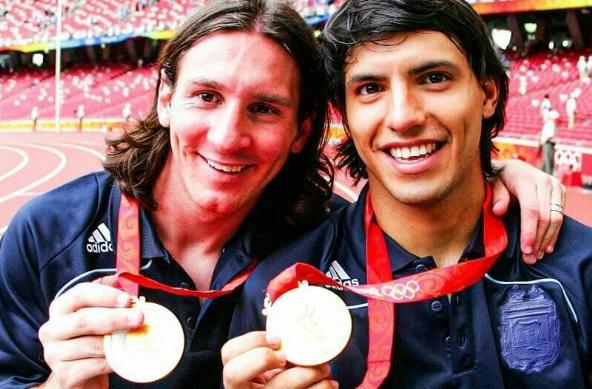 Lionel Messi e Aguero com a medalha de ouro olpimpica