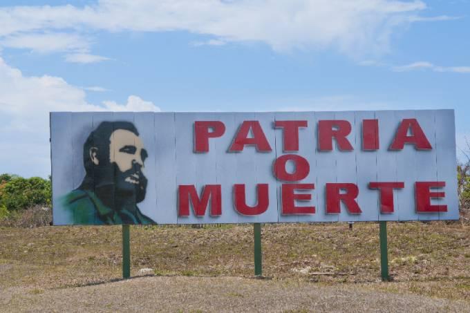 Outdoor com imagem de Fidel Castro