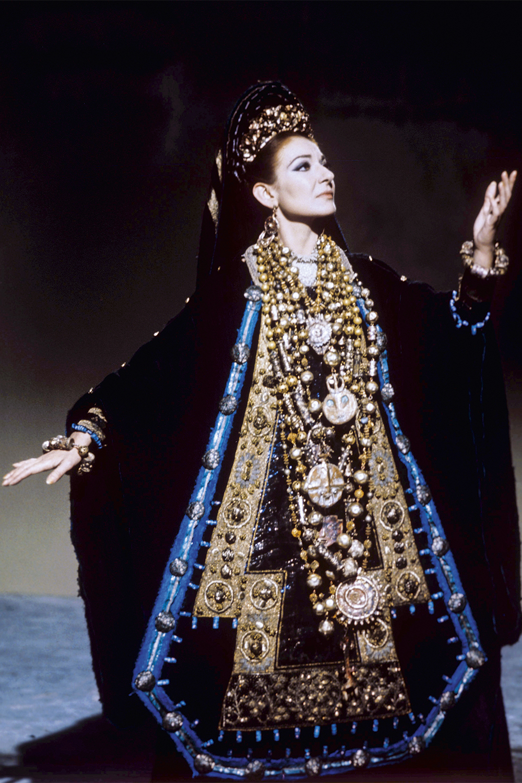 OFUSCANTE -No palco, como Medeia: a primeira cantora lírica glamorosa -