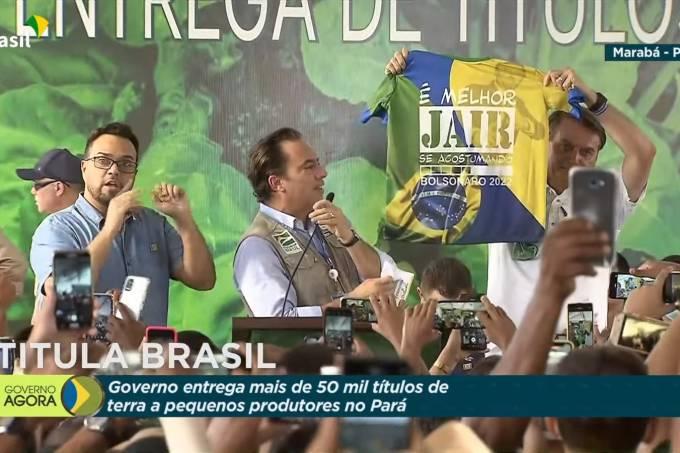 """O presidente Jair Bolsonaro exibe camisa com """"Bolsonaro 2022"""" durante evento oficial, transmitido ao vivo pela TV Brasil"""