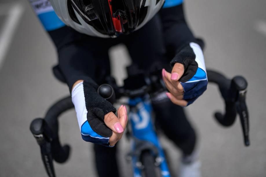 Mãos da ciclista afegã, Masomah Ali Zada,  durante uma sessão de treinamento, no World Cycling Center -