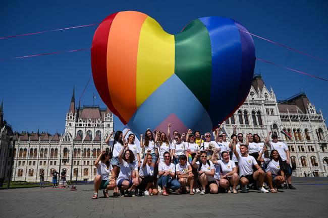 Ativistas fazem voar um balão gigante de coração nas cores do arco-íris, durante ato para protestar contra uma nova lei em frente ao parlamento, em Budapeste -