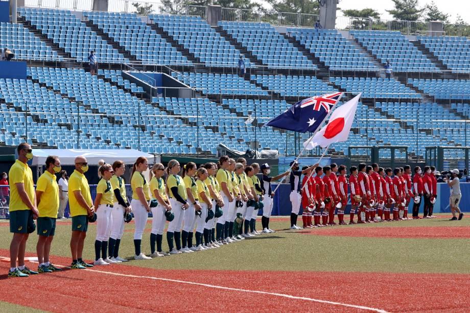 Jogadoras de Austrália e Japão perfiladas antes do início da partida, em Fukushima -
