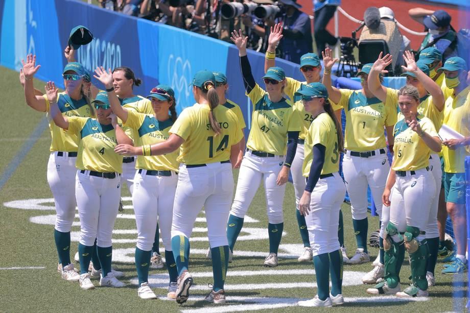 Jogadoras da Austrália acenam para o público após terminar a rodada de abertura dos Jogos Olímpicos de Tóquio contra o Japão -