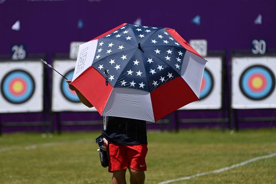 Membro da equipe americana de tiro com arco em treino no Yumenoshima Park Archery Field -