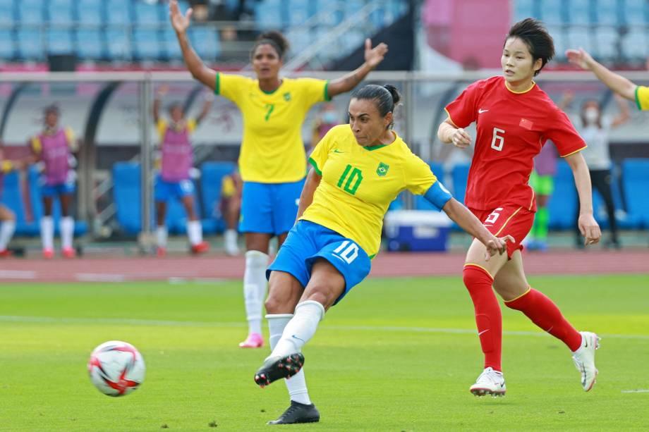 Marta chuta para marcar o primeiro gol do Brasil no jogo -