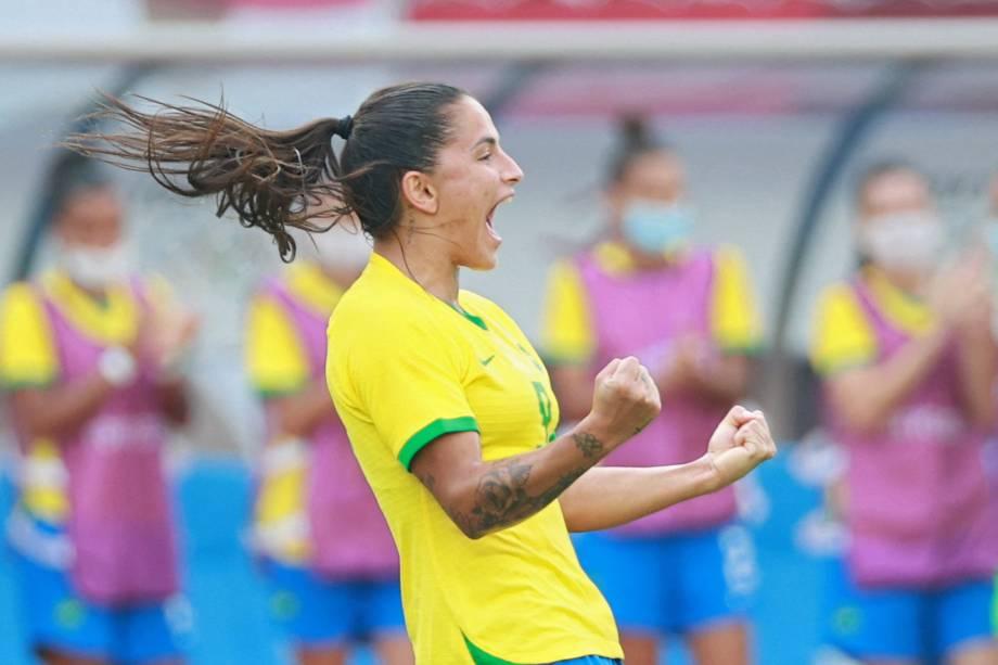 Debinha vibra ao comemorar o segundo brasileiro na partida contra a China -