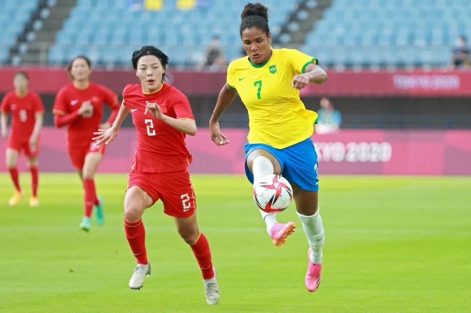 A brasileira Duda em disputa de bola com a jogadora chinesa Li Mengwen-