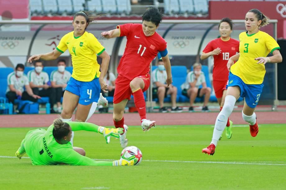 A goleira Barbara durante defesa em lance com a atacante Wang Shanshan -