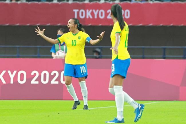 Marta comemora o seu segundo gol na partida contra a China -