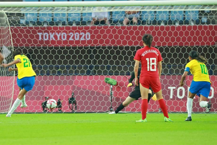 Andressa Alves marca de pênalti o quarto gol brasileiro no jogo -