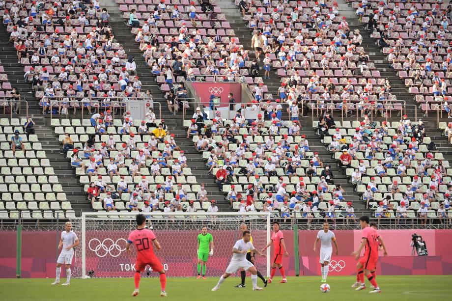 Estudantes assistem a partida de futebol entre Nova Zelândia e Coréia do Sul -