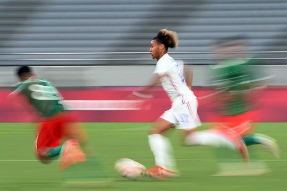 Alexis Beka Beka, da França, em partida contra o México no Tokyo Stadium -