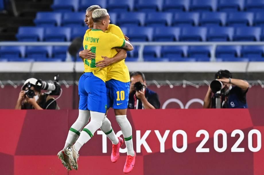 Antony e Richarlison comemoram gol do Brasil sobre a Alemanha -