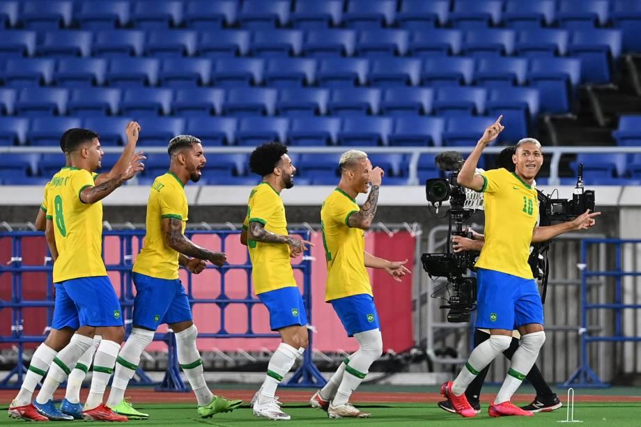 """Jogadores da seleção olímpica celebram em um """"trenzinho"""" gol sobre a Alemanha durante a estreia -"""