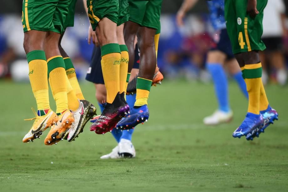 Os jogadores da África do Sul saltam em barreira formada para cobrança de falta -