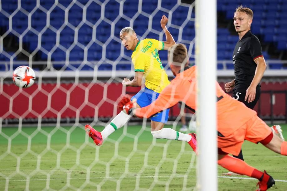 Richarlison durante lance que abriu o placar do jogo entre Brasil e Alemanha -