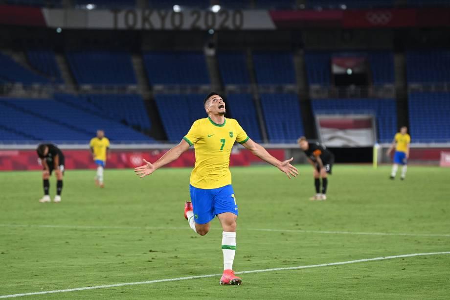 Paulinho comemora o quarto gol da seleção sobre a Alemanha, em Yokohama -