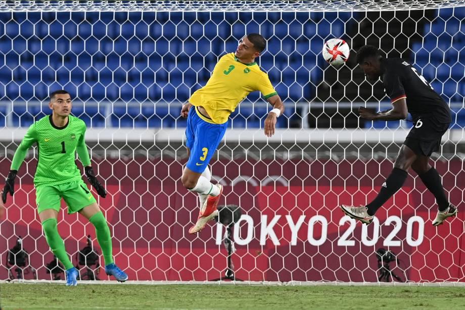 O atacante da Alemanha, Ragnar Ache, marca de cabeça contra o Brasil -