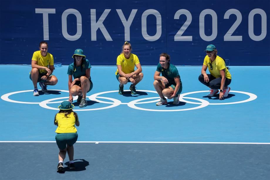 Ashleigh Barty (topo-e) e a equipe australiana posam para foto no Ariake Tennis Park durante as Olimpíadas de Tóquio -