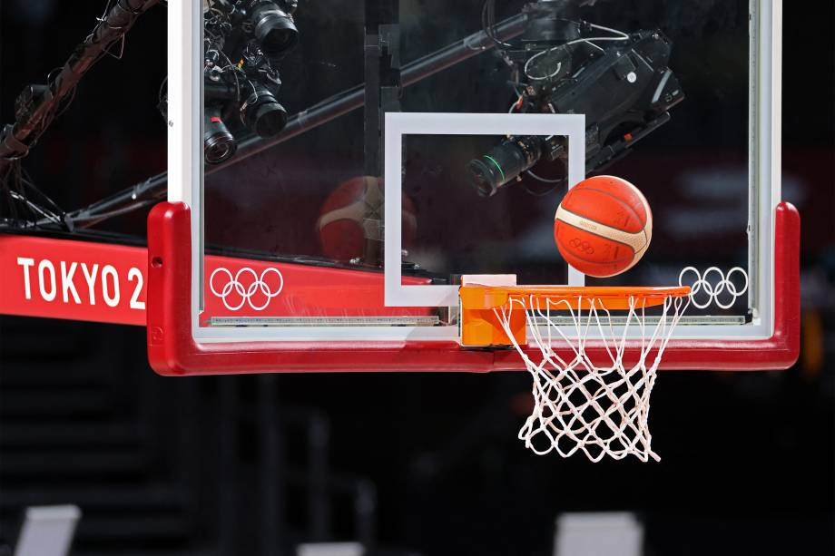 Câmera posicionada perto da cesta de basquete durante treino da seleção espanhola, na Saitama Super Arena -