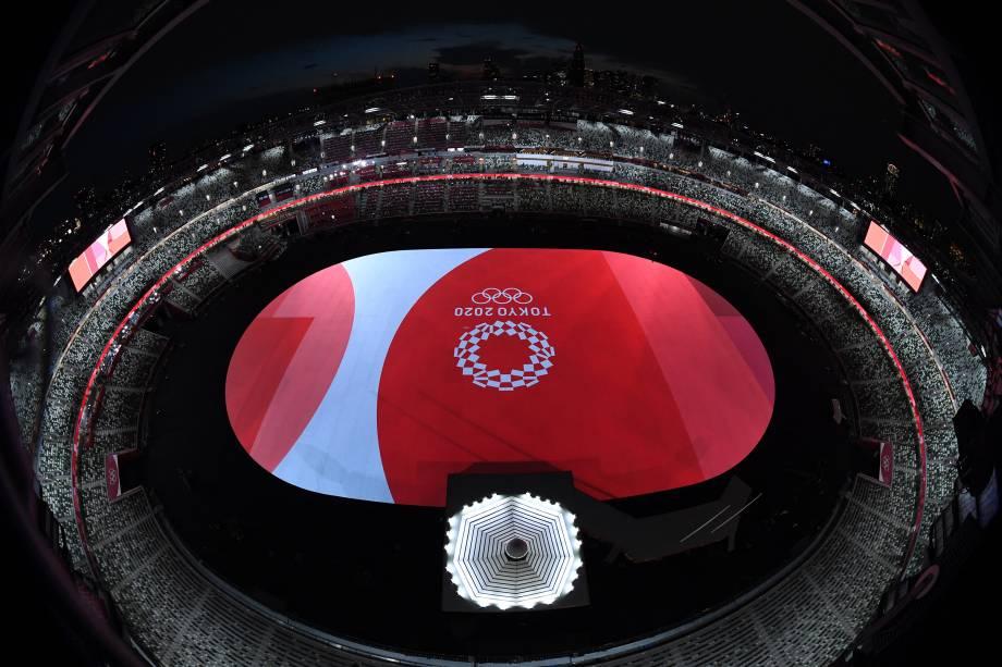Uma visão geral mostra o emblema Tóquio 2020 e o palco da cerimônia de abertura dos Jogos Olímpicos -