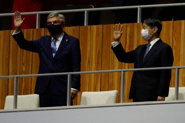 O imperador japonês Naruhito e o presidente do COI Thomas Bach entraram no estádio. Os dois vão fazer discursos para a a abertura dos Jogos. Estão entrando as bandeiras do Japão e Olímpica para serem hasteadas.