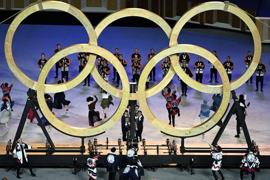 Artistas montam os anéis olímpicos durante a cerimônia de abertura -