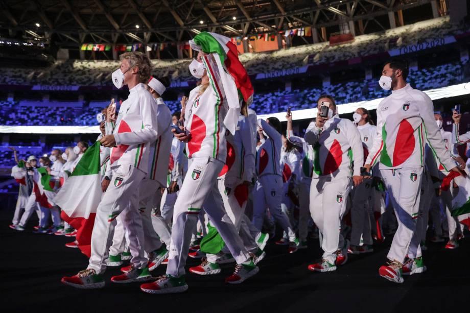 A delegação da Itália entra no Estádio Olímpico durante o desfile de atletas da cerimônia de abertura -