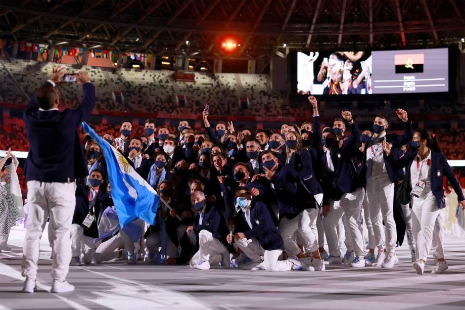 Delegação da Argentina posa para foto durante a cerimônia de abertura dos Jogos Olímpicos de Tóquio 2020 -