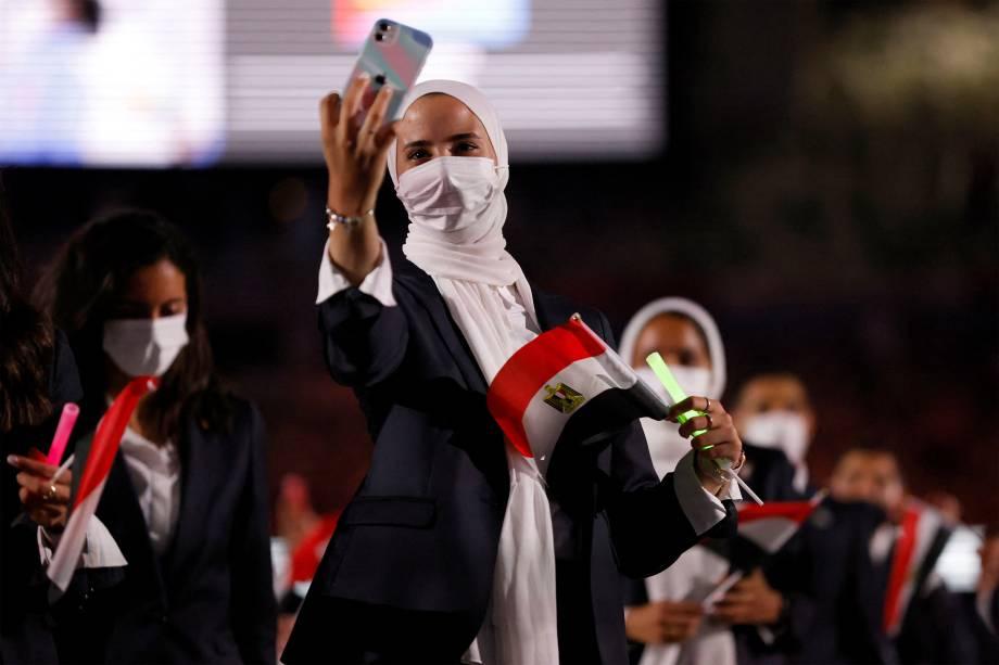 Integrante da delegação do Egito faz selfie durante a cerimônia de abertura dos Jogos Olímpicos de Tóquio 2020 -
