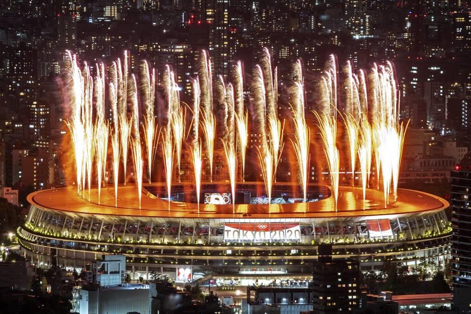 Fogos de artifício iluminam o céu sobre o Estádio Olímpico durante a cerimônia de abertura -