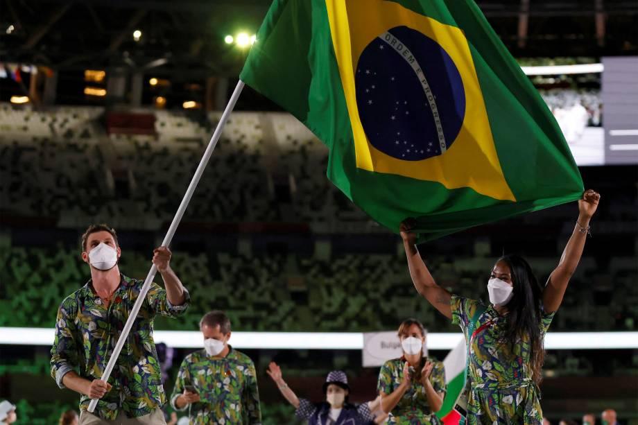 Bruno Mossa Rezende (e) e Ketleyn Quadros lideram a delegação brasileira durante a cerimônia de abertura dos Jogos Olímpicos 2020, no Estádio Olímpico, Tóquio -