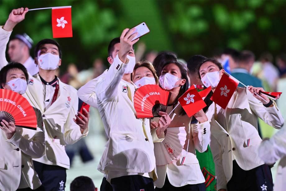 Delegação de Hong Kong posa para selfie durante a cerimônia de abertura dos Jogos Olímpicos de Tóquio 2020 -