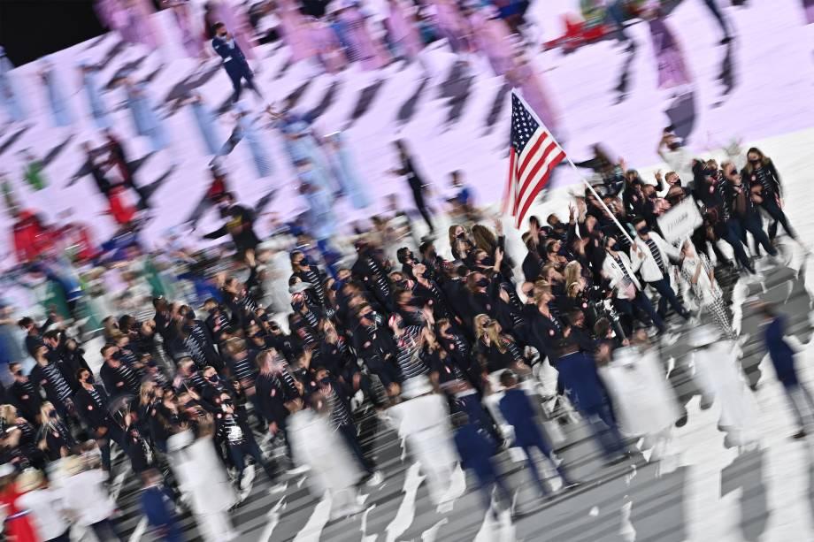 Sue Bird (2ª d) e Eddy Alvares (d) carregam a bandeira dos EUA na cerimônia de abertura das Olimpíadas 2020, no Estádio Olímpico de Tóquio