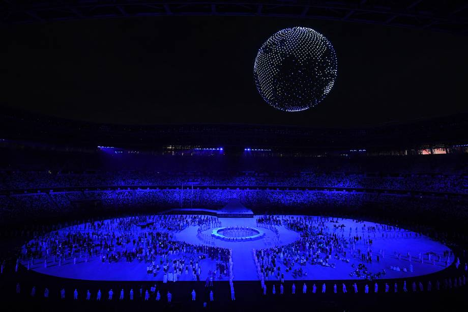 Drones voam para formar uma imagem da Terra no céu sobre o Estádio Olímpico -