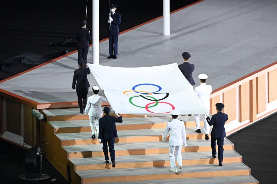 A bandeira olímpica é hasteada durante a cerimônia de abertura dos Jogos Olímpicos -