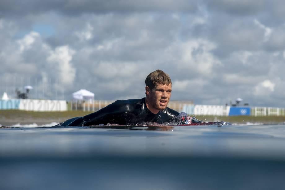O americano John Florence rema durante uma sessão de treinamento -