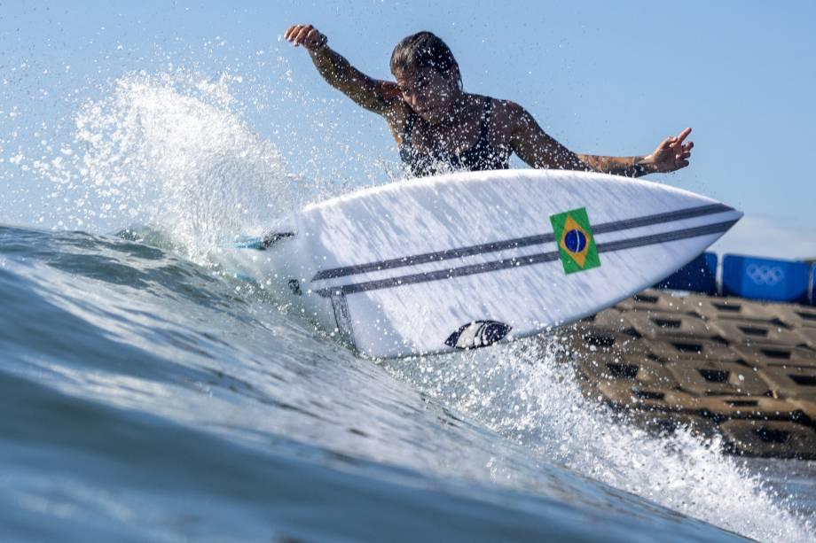 A surfista brasileira Silvana Lima pega uma onda durante sessão de treinamentos -