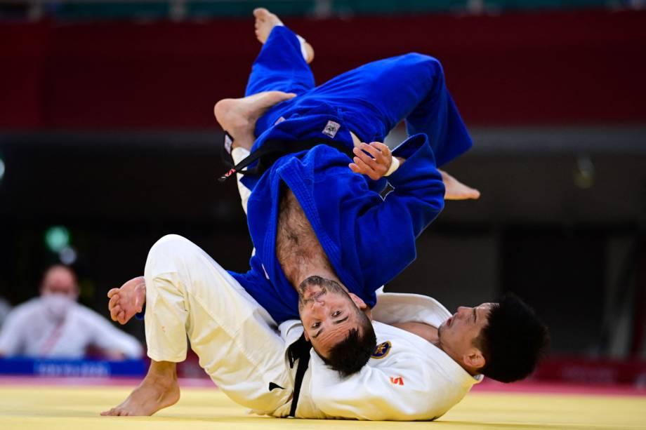 Tornike Tsjakadoea (azul), da Holanda, em ação com Amartuvshin Dashdavaa, da Mongólia -