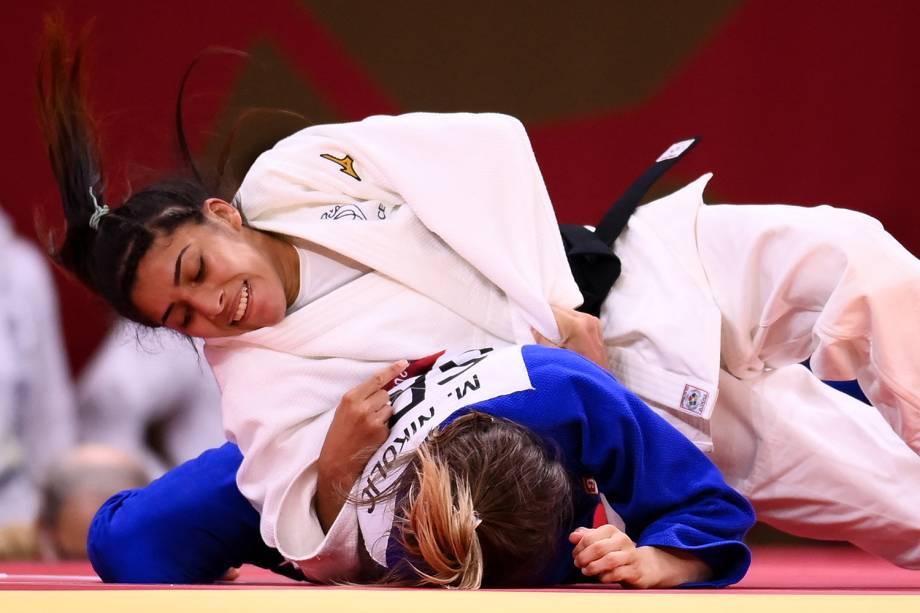 A francesa Shirine Boukli (branco) em ação contra a atleta da Sérvia, Milica Nikolic -