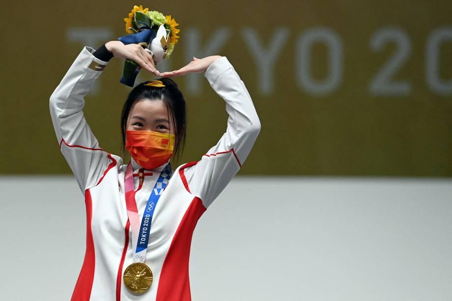 A chinesa Yang Qian, vencedora da primeira medalha de ouro, comemora no pódio após vencer a final do rifle de ar comprimido de 10m -