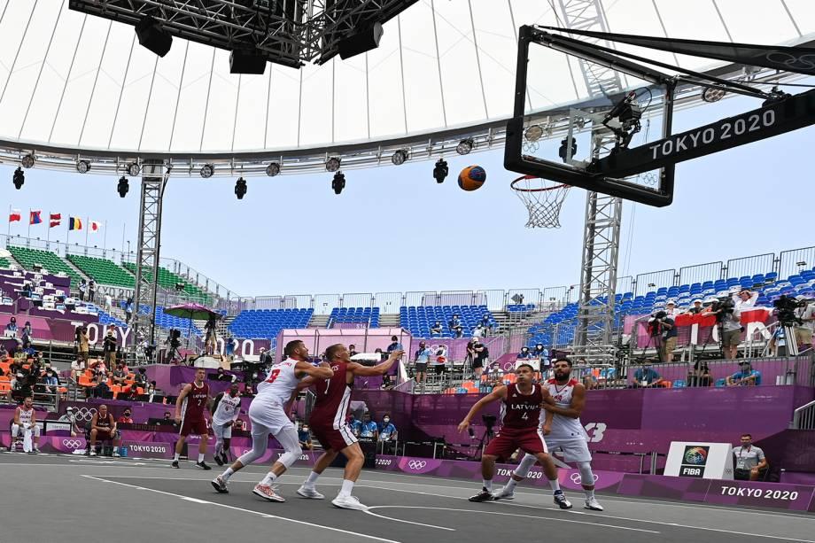 Jogadores de Polônia e Letônia durante disputa pelo basquete 3x3 -