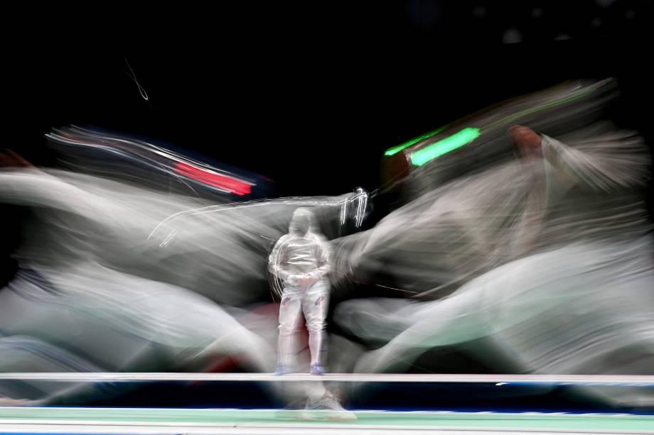 Luca Curatoli, da Itália, compete contra na esgrima contra Iulian Teodosiu, da Romênia -