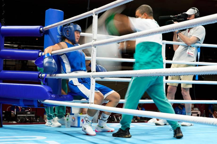 A boxeadora Shakhnoza Yunusova, do Uzbequistão, durante pausa enquanto luta contra a polonesa Karolina Koszewska -