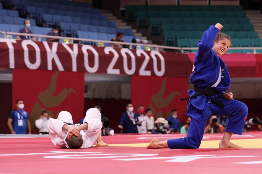 A sul-coreana Kang Yujeong (branco) durante luta contra a eslovena Marusa Stangar -