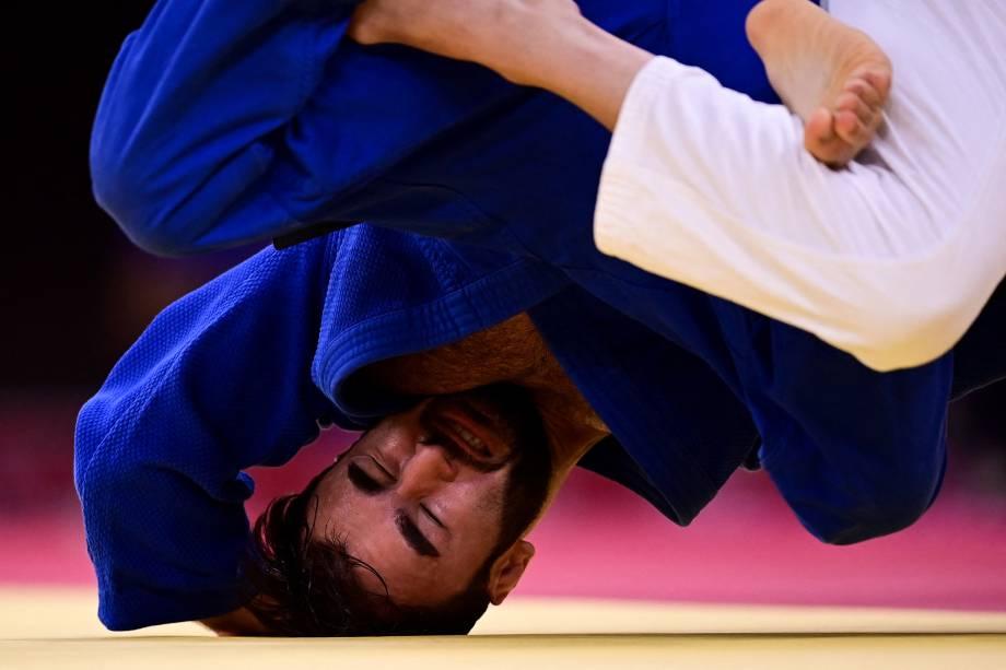 O espanhol Francisco Garrigos durante disputa com o francês Luka Mkheidze (azul) -